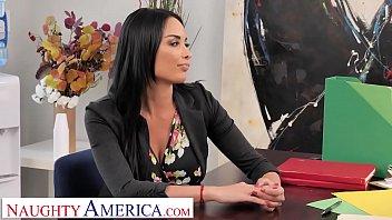 Anissa Kate s'entend avec le vendeur au bureau