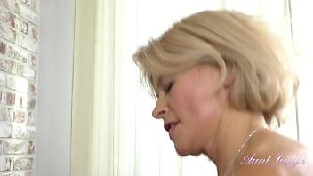 Chatte poilue mature Diana sort de la DOUCHE et BAISE