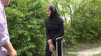 Dame plantureuse musulmane baisée avec le pilote corné