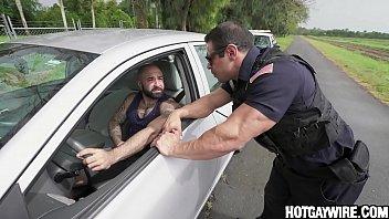 Il se fait arrêter pour s'être branlé dans sa voiture - porno gay