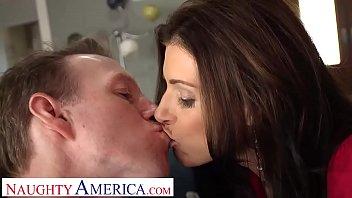Naughty America - India Summer chevauche une bite dure et elle en aime chaque seconde