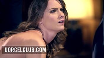 Pornochic - La belle star française Claire Castel dans une scène intense avec 3 mecs
