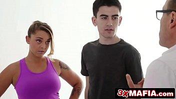 Stepsiblings Jordi & Liza se marrent quand papa ne regarde pas