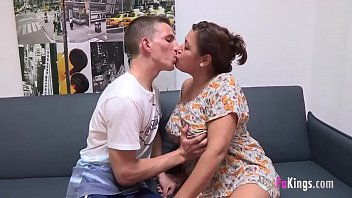 Un enseignant de 48 ans baise un élève de 18 ans. MILF CLub, état pur.