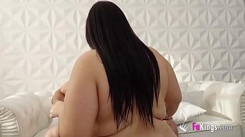 Une brune potelée veut tenter sa première expérience dans le porno